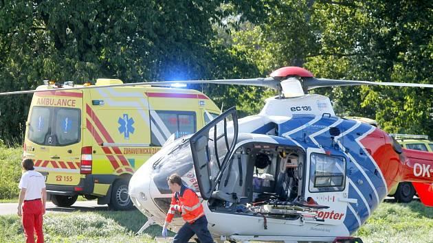 Vážná nehoda v Sokolnicích s pěti zraněnými: srážka odmrštila auto do lidí okolo