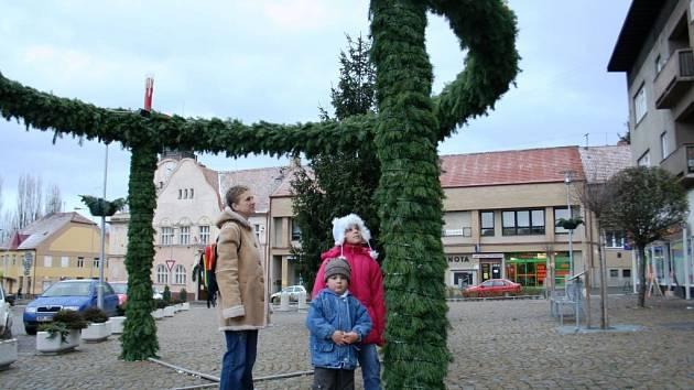 Obrovský adventní věnec mají také letos lidé na náměstí v Miroslavi.
