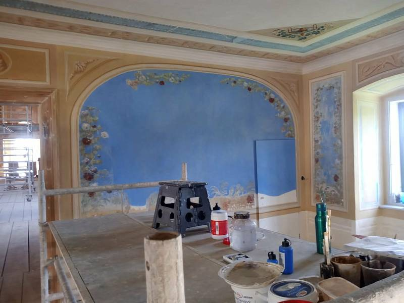 Obnova Státního zámku Uherčice na Znojemsku. Restaurování maleb v květinovém pokoji.