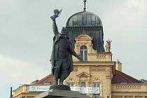 Znojemskému Mariánskému náměstí dominuje od padesátých let socha rudoarmějce.