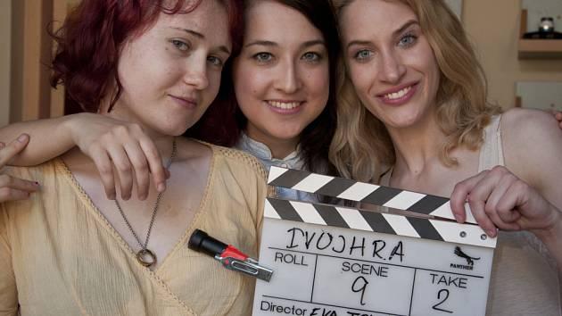 Na snímku je Eva Toulová (první zleva) s herečkami Adel Valeevou a Marií Kružíkovou.