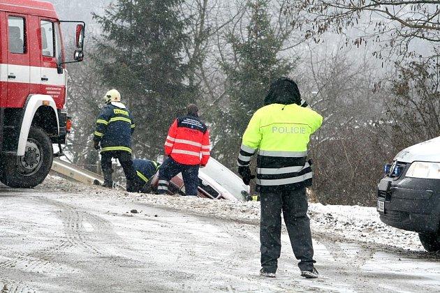 Havárie Škody Fabia u Suchohrdel skončila smrtí mladé řidičky.