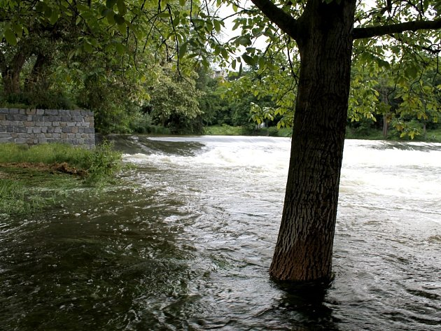 Prvního stupně povodňové aktivity dosáhla hladina Dyje pod Znojmem vneděli 2.června 2013odpoledne.