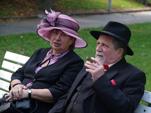 Díky znojemskému Okrašlovacímu spolku ožil v neděli Horní park ve Znojmě promenádním koncertem. Lidé dorazili v historických kostýmech.