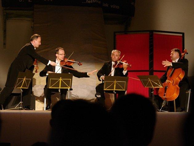 Polský kvartet bravurních hudebních bavičů MOZart group ve znojemském Louckém klášteře.