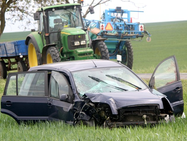 Nedaleko Dobelic se srazilo osobní auto s traktorem.