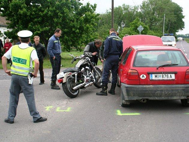 Při nehodě v Hevlíně zemřel motorkář