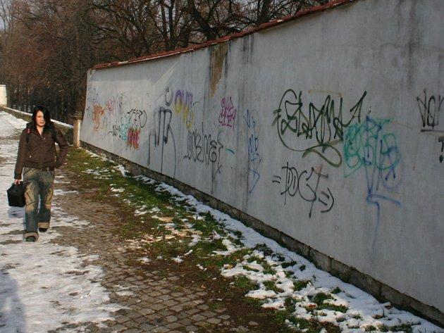 Počmárané hradby by už na jaře mohly být čisté