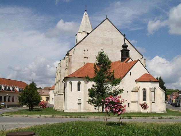Dominantou Hnanic je kostel svatého Wolfganga se studniční kaplí.