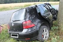 V místě s omezenou rychlostí kvůli opravám povrchu silnice mezi Únanovem a Tvořihrází nezvládl řízení šofér volkswagenu a po smyku narazil do stromu.