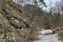 Pracovníci specializované firmy odstranili 750 tun skalní suti ze svahů u silnice mezi Bítovem a Vysočany.