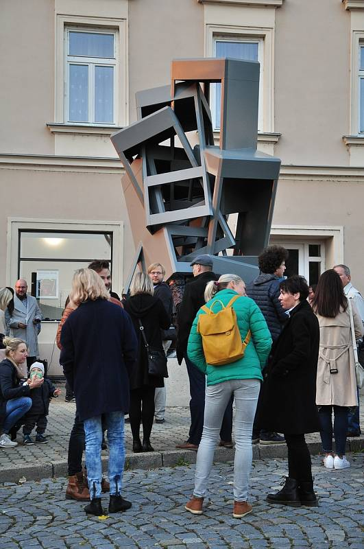 Socha jako vzpomínka na telefonní budky. Dílo Maxima Velčovského odhalili v pátek ve Znojmě.