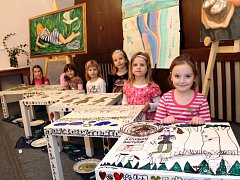Učitelé znojemského regionu a jejich žáci vystavují v přednáškovém sále znojemského Domu umění na Masarykově náměstí.