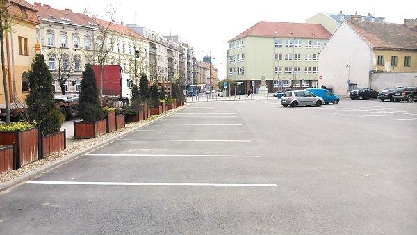 Na rohu ulic Jana Palacha a Sokolská je kdispozici parkoviště se závorami. Vpátek 4.dubna 2014bylo kolem třinácté hodiny poloprázdné.