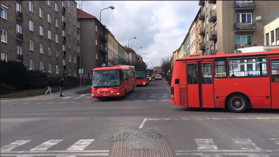 Se zesnulým kolegou se řidiči autobusů ve Znojmě rozloučili autobusovou jízdou s jeho fotografií za sklem a nápisem Sbohem Tondo.