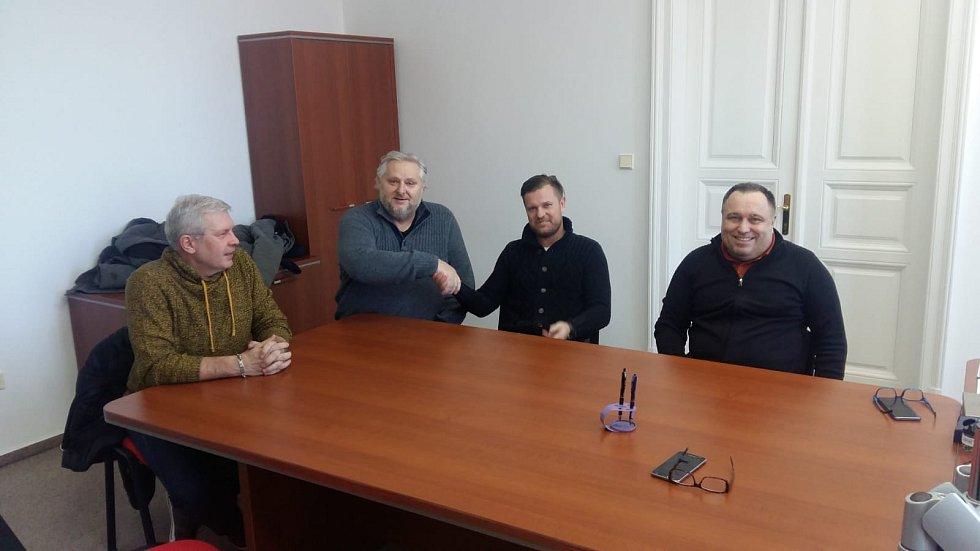 Jiří Tunka (druhý zleva) s bývalým majitelem 1. SC Znojmo Otou Kohoutkem (první zleva) a pány Aelxanderem Marmillou (třetí zleva) a Liborem Zohnem (čtvrtý zleva). Tunka nyní vlastní 100 % akciíí druholigévho klubu 1. SC Znojmo.