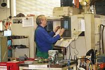 V prostorné hale přímětických strojíren pracují desítky odborníků. Firma přesto hledá další kvalifikované zaměstnance.
