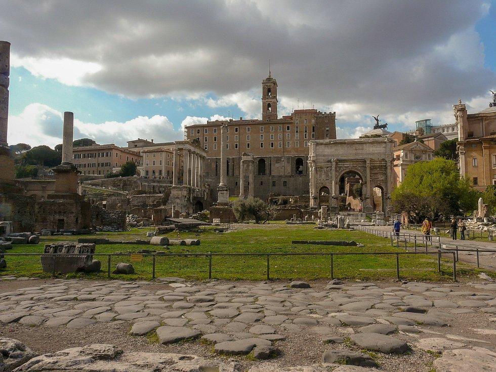 Pohled přes Forum Romanum ke Kapitolinu.