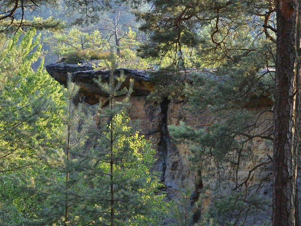 Nedaleko hradu Kokořína najdou výletníci oblíbený skalní útvar Pokličky.