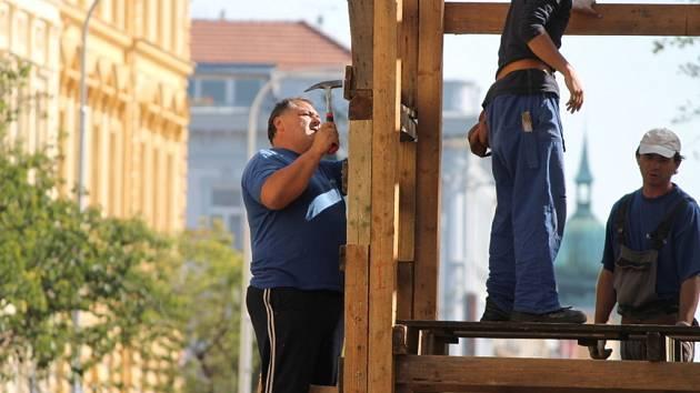 V centru Znojma dělníci v těchto dnech stavějí tribuny a vstupní brány na letošní ročník Vinobraní. To začne už v pátek.