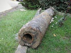 Více než 500 let staré dřevěné potrubí nalezli nedávno dělníci v Trstěnicích.