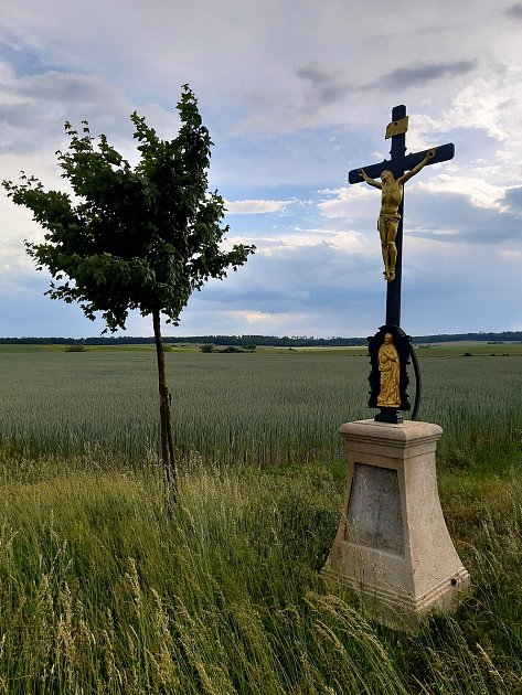 """Kříž Málkův (Málkovi-Podolí) ubývalého popraviště """"Na Spáleništi"""", po pravé straně silnice do Bojanovic za křížem Klaudovým."""
