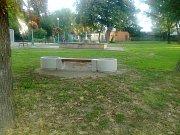 Nyní již má lavička své nové místo u miroslavského zámku.