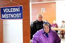 Během prvních hodin po otevření volebních místnosní přišly volit desítky lidí svého prezidenta také v Únanově na Znojemsku.