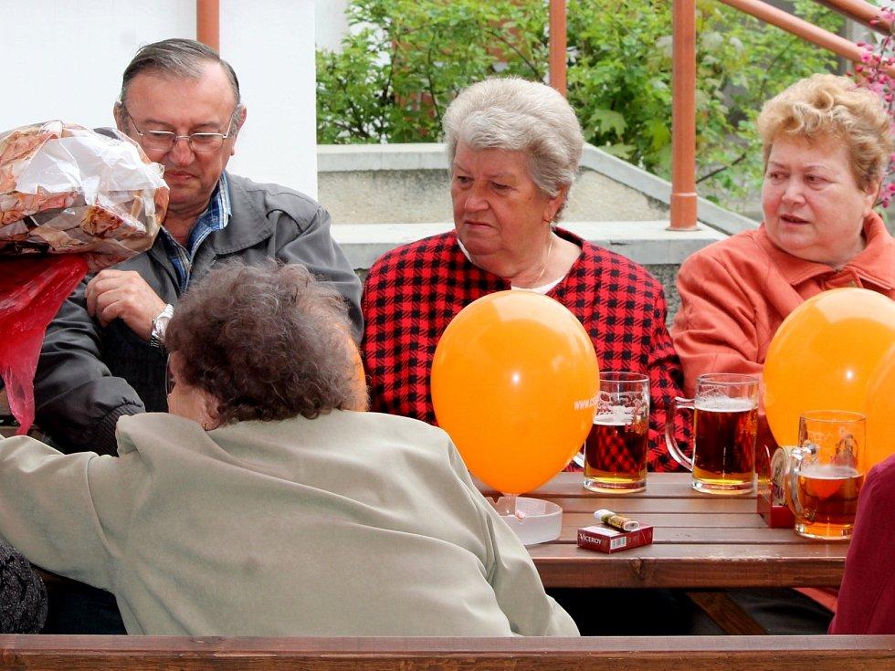 Sociální demokracie slavila 1. máj tradičně na zahradě hospody Lidového domu. Pilo se pivo za deset korun a hrála živá huda.