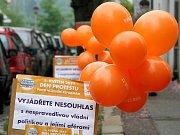 Oranžové balonky zvaly do Lidového domu ve Znojmě.