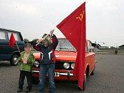 Skupina přátel naopak vyrazila se starými auty na recesistický výlet Znojmem.