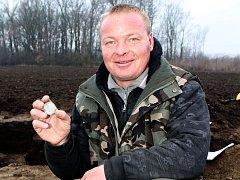 David Hoza (na snímku) z Nového Přerova na Břeclavsku našel společně s kamarádem Zdeňkem Matějkou u Hrušovan nad Jevišovkou stříbrný poklad v podobě mincí z Rakouska-Uherska.