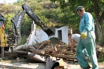 Dělníci zbourali černou stavbu, petice zabrala