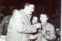 Martin Syka moderuje setkání s Václavem Malým krátce po sametové revoluci. Foto: archiv Martina Syky