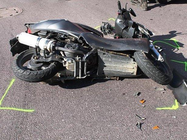 Při dopravní nehodě ve Znojmě se zranila žena na skútru. Vrtulník ji přepravil do brněnské nemocnice.