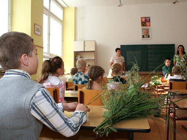 Vysvědčení dostali žáci na Slovenské od znojemských hokejistů.