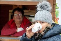 Otevřená okénka restaurací lákají o adventním víkendu k zastavení a ochutnání horkých nápojů. Ilustrační snímek.