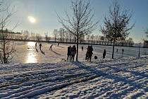 Mácův rybník v Blížkovicích pokryl led, prohání se na něm už první bruslaři.