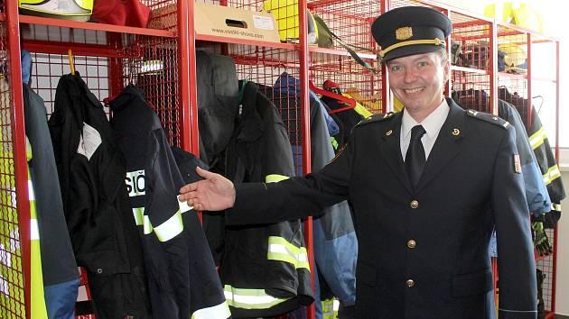 14. 5. 2018 otevřeli hasiči slavnostně svoji novou centrální stanici ve Znojmě. Velitel znojemských hasičů Petr Procházka ukazuje nové šatny.