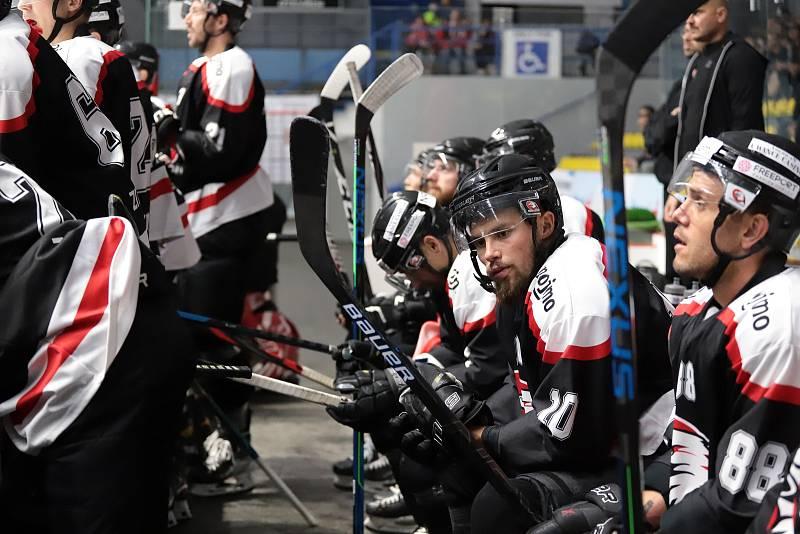 Hokejisté Znojma (v černém), hrající mezinárodní soutěž ICEHL, hostili ve čtvrtečním přípravném utkání prvoligovou Duklu Jihlava.