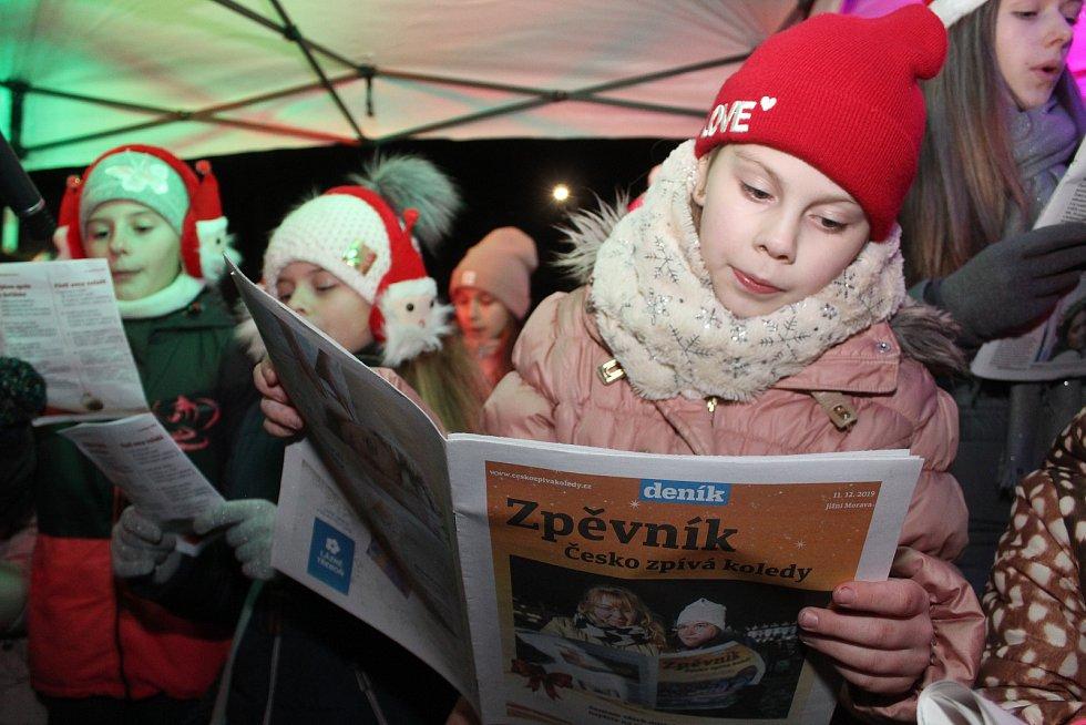 Obyvatelé Kravska se letos do akce Česko zpívá koledy zapojili poprvé. Zpívalo jich asi semdesát. Malých i velkých.
