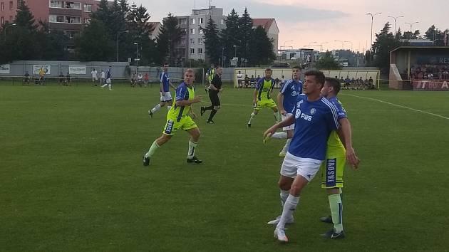 Fotbalisté Tasovic (ve žlutém) podlehli v neděli celku Velké Bíteše v prvním kole nového ročníku divize D 0:1. Foto: Milan Dufek