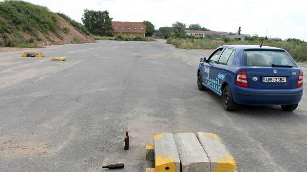 Dočasné náhradní parkoviště nabízí pro obyvatele právě rekonstruovaného sídliště v Příměticích znojemská radnice. V areálu bývalého statku. Bez osvětlení a bez hlídače.