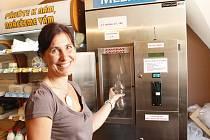 V prodejně sýrů na Velké Michalské provozuje první automat na mléko ve Znojmě farmář Alois Janíček z Běhařovic.