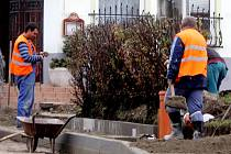 Silničáři finišují s opravami průtahu Citonicemi. Hotovo má být 30. října 2015.