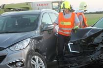 Tři lehká zranění a jedno těžké si vyžádala sobotní nehoda u Mackovic. Na místě byli ještě dvě hodiny po nehodě dopravní policisté i hasiči.