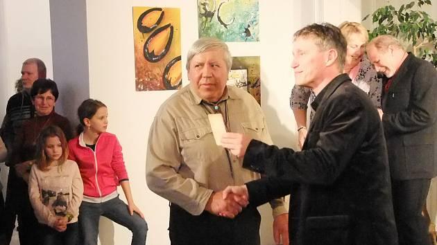 Krumlovští výtvarníci vystavují svá díla v galerii Knížecího domu. Výstavu zahájila vernisáž 6. března.