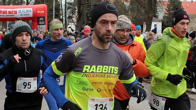 Tradiční Vánoční běh přilákal do Znojma na první svátek vánoční 218 běžců.