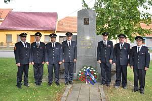 Hostěradičtí hasiči u pomníku padlých.