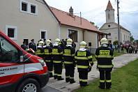 Hasiči v Lesné nastoupení při slavnostním žehnání nového dopravního auta.